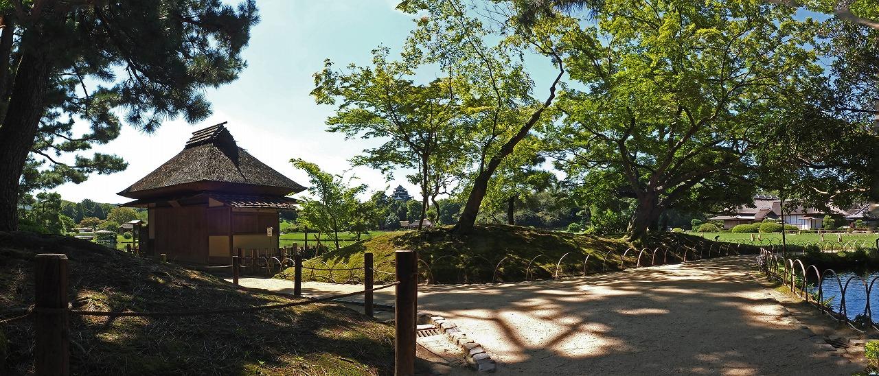 s-20150827 後楽園今日の曲水の水車付近から眺めた園内ワイド風景 (1)