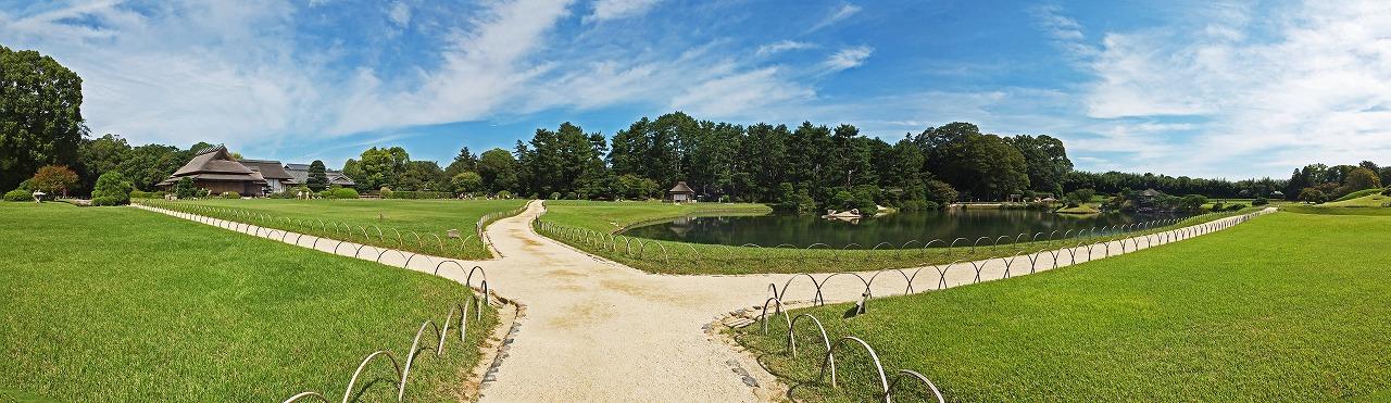 s-20150915 後楽園今日の園内芝生中央から眺めたワイド風景 (1)