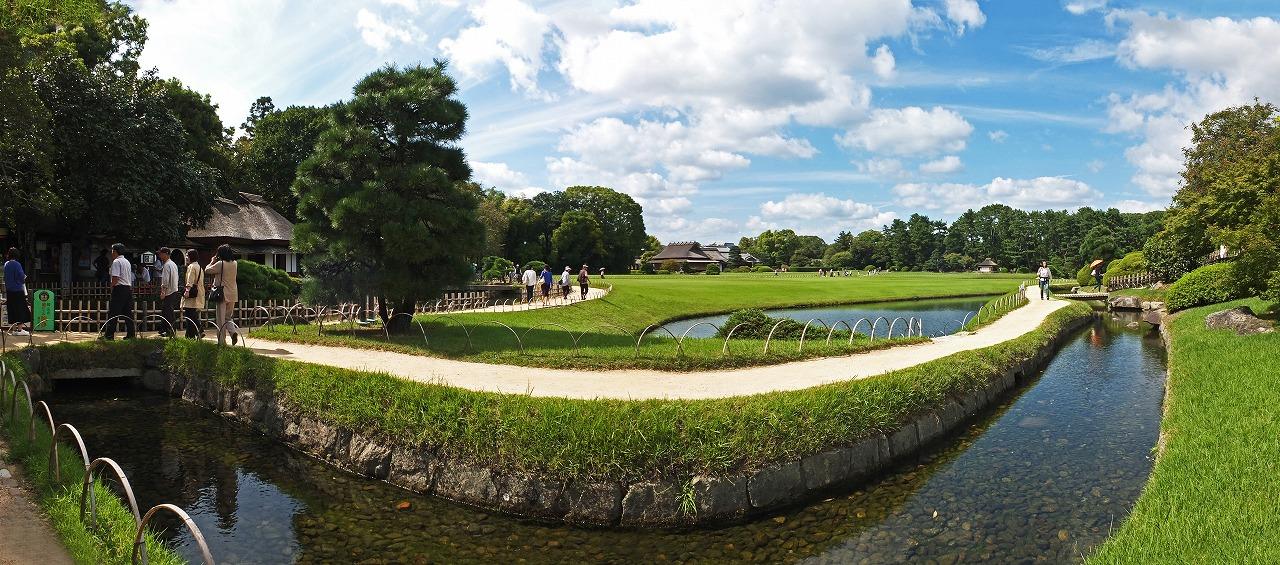 s-20150919 後楽園今日の午後のひょうたん池越しに眺める園内ワイド風景 (1)