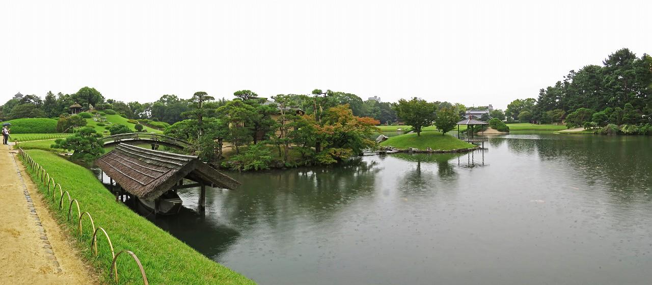 s-20151001 後楽園雨降り日の園内沢の池ワイド風景 (1)