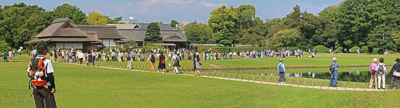 s-20151004 後楽園タンチョウの園内散策出番待ちの観客の様子ワイド風景 (1)