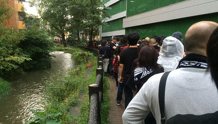 入場を待つ人々