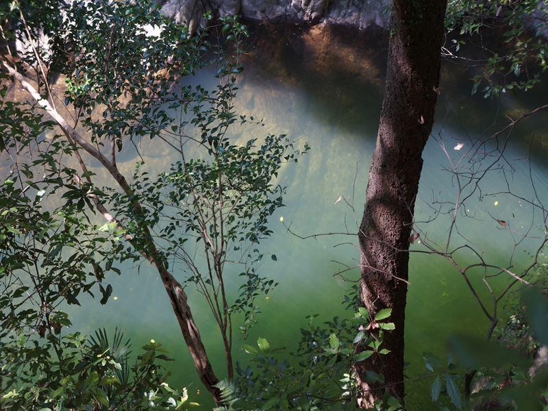 滝の途中の川