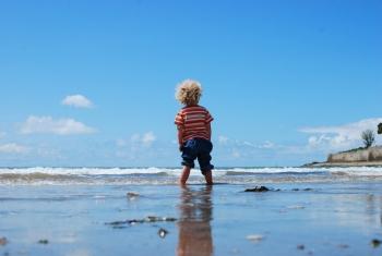 海岸の男の子