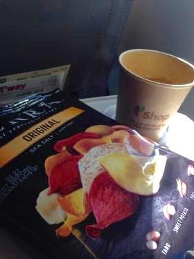 機内で野菜チップとオレンジジュースのサービス