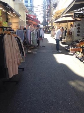 イデ近くの服屋さんも秋色の服が…