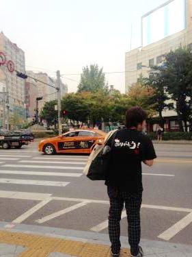 久しぶりに日本語Tシャツを着た方を発見。