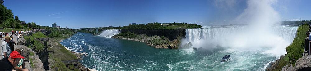アメリカ滝、ブライダルベール滝及び霧の乙女号が付近を遊覧するカナダ滝のパノラマ