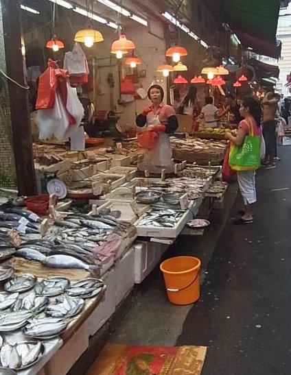 香港ワンチャイ市場② (2)魚やー1