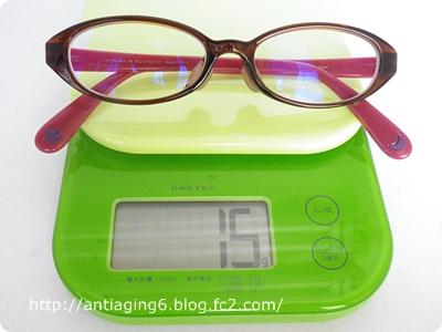 おうちメガネの重さをはかってます