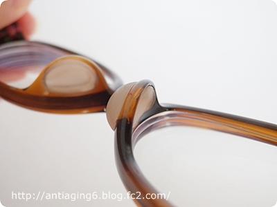眼鏡の鼻に当たる部分にシリコンパッドがくるようになってます
