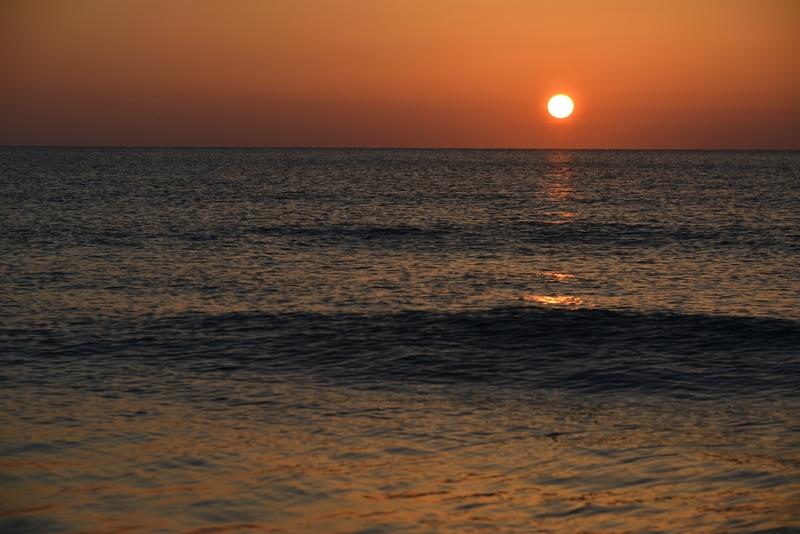水平線に陽が沈む-1