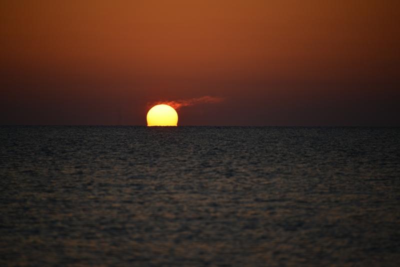 水平線に陽が沈む-3