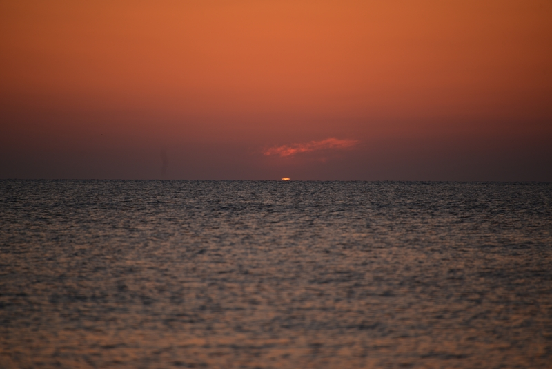 水平線に陽が沈む-4