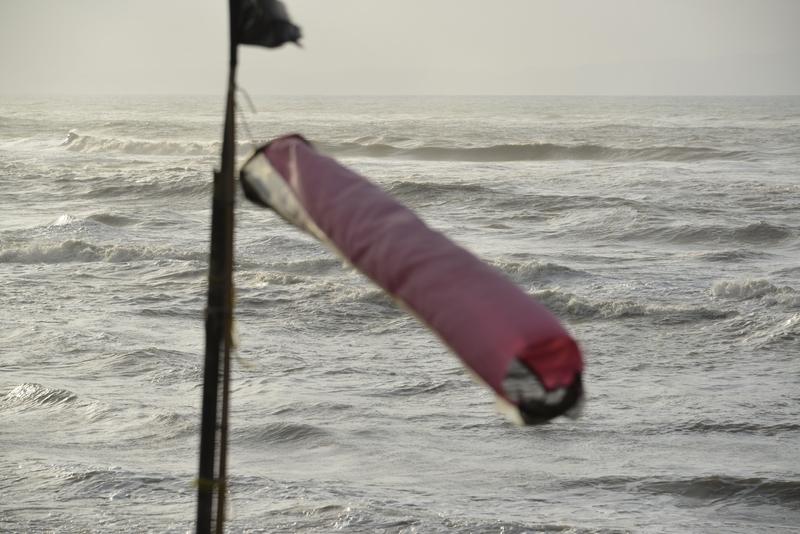 荒れる海に吹き流し-2