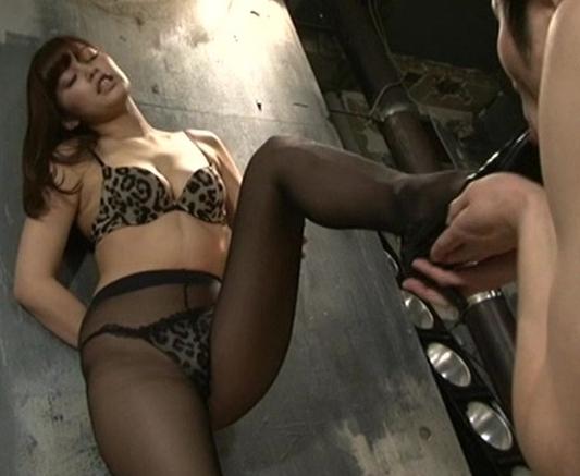 足臭漂うドエス女子が足フェチのM男に強烈な足コキ責めの脚フェチDVD画像2