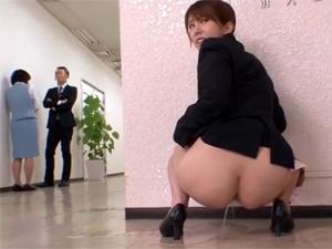 【波多野結衣】野ションを撮影されてしまったOLが強請られトイレに行かせてもらえず廊下で放尿