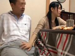 【M男動画】木村つな 母親が居ない隙に父親を誘惑する童顔痴女娘