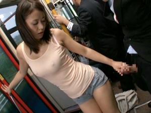 【新山かえで】混雑するバスの中で欲情して巨乳を露出。乗客のチンポを引きずり出しフェラしてハメちゃう長身痴女。