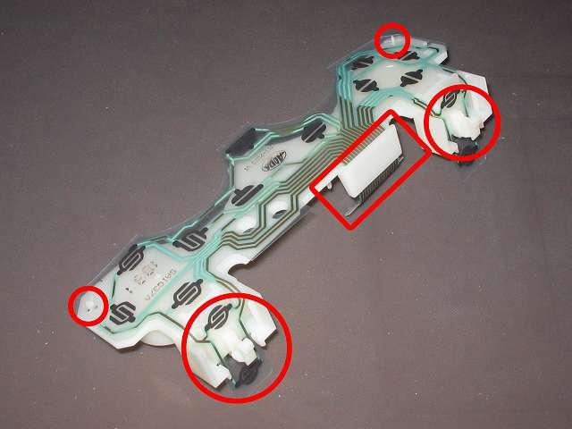PS プレイステーションコントローラー DUALSHOCK デュアルショック SCPH-110 エメラルド メンテナンス、組立作業 基板固定用プラスチック台座にフレキシブル基板取り付け(フィルムケーブルをプラスチック台座の溝(画像四角枠)に入れて、L・R ボタン側画像赤丸2ヵ所と突起物画像赤丸2ヵ所のところで固定)