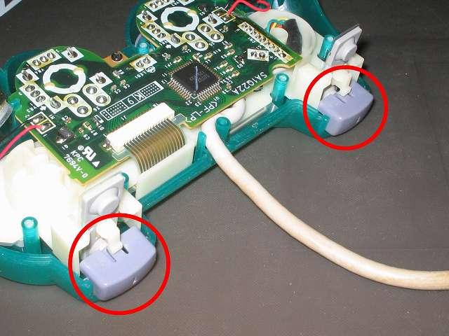 PS プレイステーションコントローラー DUALSHOCK デュアルショック SCPH-110 エメラルド メンテナンス、組立作業 基板固定用プラスチック台座に固定したフレキシブル基板とL・R ボタンラバーパッド上から L1・R1 ボタンを取り付ける、L1・R1 ボタン裏側の突起物と L・R ラバーパッドが画像のように正しく取り付けられていることを確認する、ラバーパッドがくぼんでいる状態だとボタンの押す感触が悪くなったり反応しなくなる可能性があるため