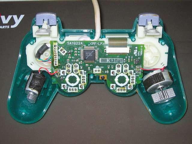 PS プレイステーションコントローラー DUALSHOCK デュアルショック SCPH-110 エメラルド メンテナンス、分解作業 コントローラー本体プラスチックカバー分離後のコントローラー内部の基板