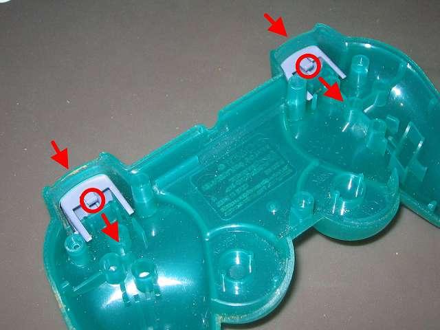 PS プレイステーションコントローラー DUALSHOCK デュアルショック SCPH-110 エメラルド メンテナンス、分解作業 コントローラー本体下部プラスチックカバーに取り付けられている L2・R2 ボタンを取り外す場合は、L2・R2 ボタンのツメ(画像赤丸)を下に若干押し下げながら、コントローラー内部側(画像赤矢印側)に引っ張る