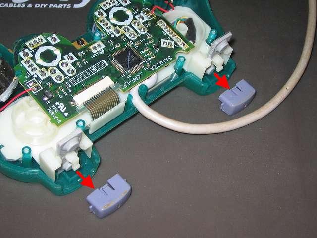 PS プレイステーションコントローラー DUALSHOCK デュアルショック SCPH-110 エメラルド メンテナンス、分解作業 基板固定用プラスチック台座を上に持ち上げ、L1・R1 ボタンを取り外す