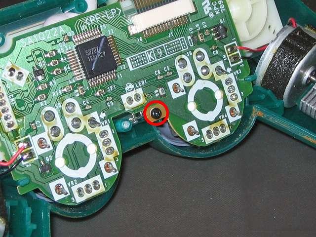 PS プレイステーションコントローラー DUALSHOCK デュアルショック SCPH-110 エメラルド メンテナンス、分解作業 基板を固定している基板固定用ネジをプラスドライバーで外す