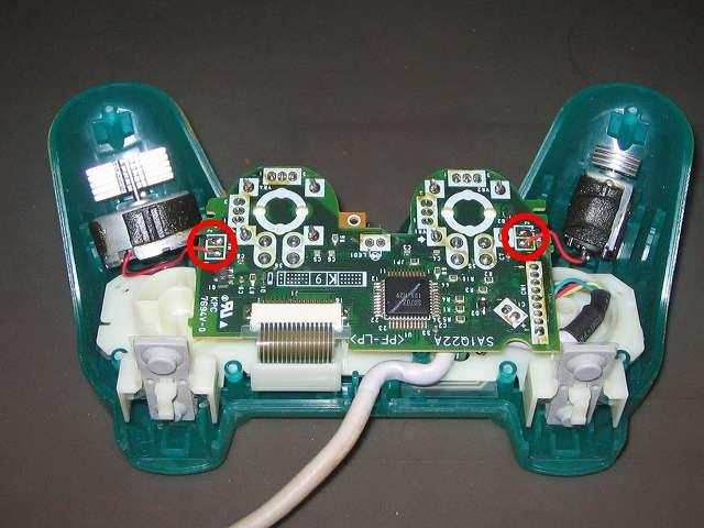 PS プレイステーションコントローラー DUALSHOCK デュアルショック SCPH-110 エメラルド メンテナンス、分解作業 基板にはんだ付けされている振動モーターのリード線に気を付けながら、基板を持ち上げてコントローラー本体から取り外す