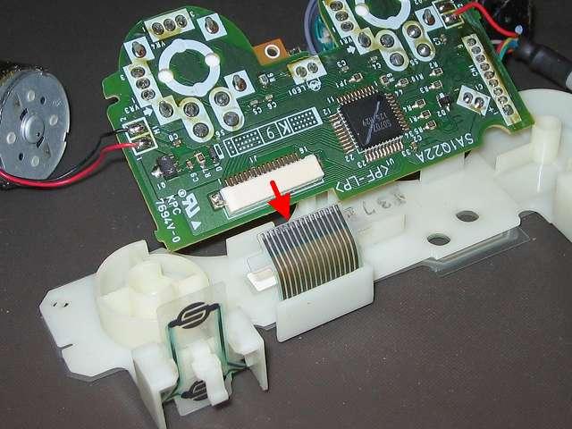 PS プレイステーションコントローラー DUALSHOCK デュアルショック SCPH-110 エメラルド メンテナンス、分解作業 基板に接続しているフレキシブル基板のフィルムコネクタを引っ張って外す