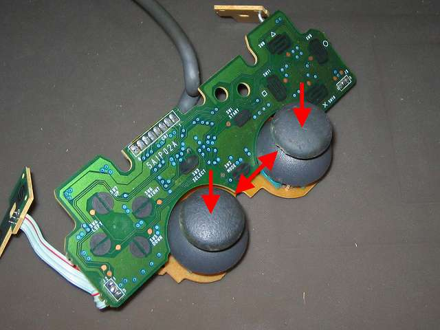 PS プレイステーションコントローラー DUALSHOCK デュアルショック SCPH-1200 メンテナンス、組立作業 スティックコントローラーにアナログスティック取り付け、アナログスティックの軸部分摩耗のため左右交換