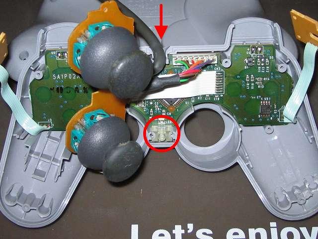PS プレイステーションコントローラー DUALSHOCK デュアルショック SCPH-1200 メンテナンス、組立作業 ボタン、ラバーパッドを取り付けたコントローラー本体上部プラスチックカバーに基板を取り付ける。スティックコントローラー基板を取り付ける前に、LED 用透明プラスチックを取り付ける
