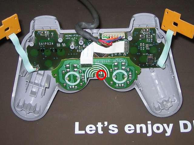 PS プレイステーションコントローラー DUALSHOCK デュアルショック SCPH-1200 メンテナンス、組立作業 スティックコントローラー基板を取り付けて、基板固定用ネジをプラスドライバーで締めて固定する