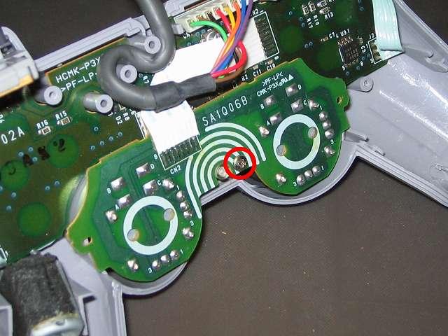 PS プレイステーションコントローラー DUALSHOCK デュアルショック SCPH-1200 メンテナンス、組立作業 スティックコントローラー基板を取り付けて、基板固定用ネジをプラスドライバーで締めて固定する 別角度から撮影