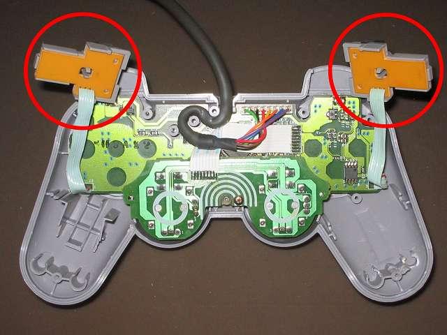 PS プレイステーションコントローラー DUALSHOCK デュアルショック SCPH-1200 メンテナンス、組立作業 L・R ボタンの固定用ガイドに L1・R1 ボタンとラバーパッドを取り付けて L・R ボタン用基板に取り付けたところ