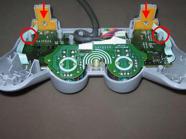 PS プレイステーションコントローラー DUALSHOCK デュアルショック SCPH-1200 メンテナンス、組立作業 コントローラー本体プラスチックカバーに L・R ボタン用基板を取り付け、L・R ボタン用基板の配線を画像赤丸の位置に這わせるようにする