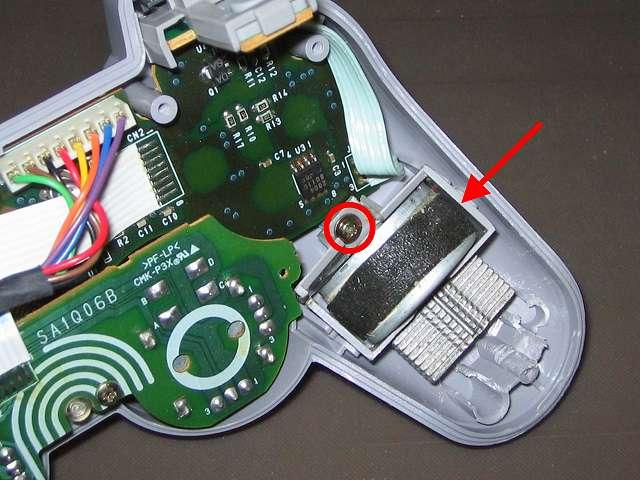 PS プレイステーションコントローラー DUALSHOCK デュアルショック SCPH-1200 メンテナンス、組立作業 持ち手左側の割れている振動モーター用固定ガイドのネジ締め取り付けと振動モーターのセット