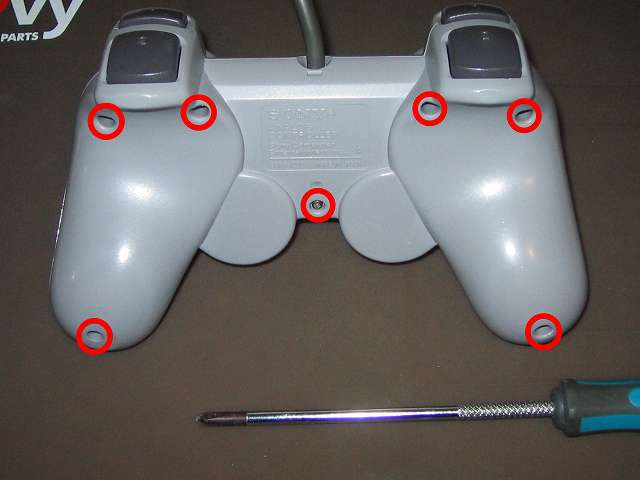PS プレイステーションコントローラー DUALSHOCK デュアルショック SCPH-1200 メンテナンス、組立作業 コントローラー裏面 ネジ穴 7ヶ所(画像赤丸)にネジを締める