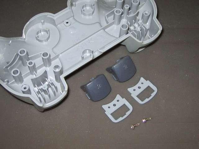 PS プレイステーションコントローラー DUALSHOCK デュアルショック SCPH-1200 メンテナンス、分解作業 コントローラー本体下部プラスチックカバーに取り付けられている L2・R2 ボタンと L2・R2 ボタン固定用ガイド、ネジを取り外したところ