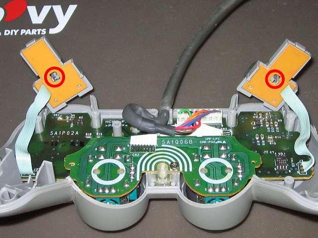 PS プレイステーションコントローラー DUALSHOCK デュアルショック SCPH-1200 メンテナンス、分解作業 L・R ボタン用基板から L・R ボタン固定用ガイド取り外し