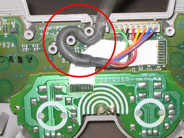 PS プレイステーションコントローラー DUALSHOCK デュアルショック SCPH-1200 メンテナンス、分解作業 コントローラー内部で固定されているコントローラーケーブルを取り外す