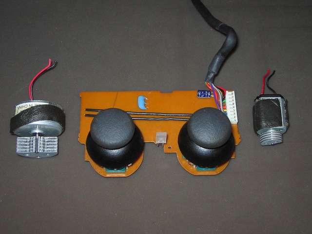 PS2 プレイステーション2 コントローラー DUALSHOCK 2 デュアルショック2 SCPH-10010 メンテナンス、組立作業 スティックコントローラーにアナログスティック取り付け、はんだ付けされていた振動モーターのリード線片側断線のため、もう片方の振動モーターもバランス取りためリード線切断