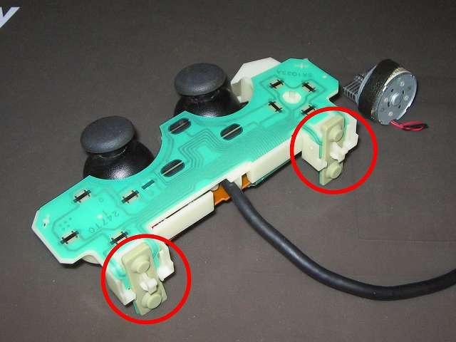 PS2 プレイステーション2 コントローラー DUALSHOCK 2 デュアルショック2 SCPH-10010 メンテナンス、組立作業 L・R ボタンのラバーパッドを基板固定用プラスチック台座に固定したフレキシブル基板の上から取り付ける