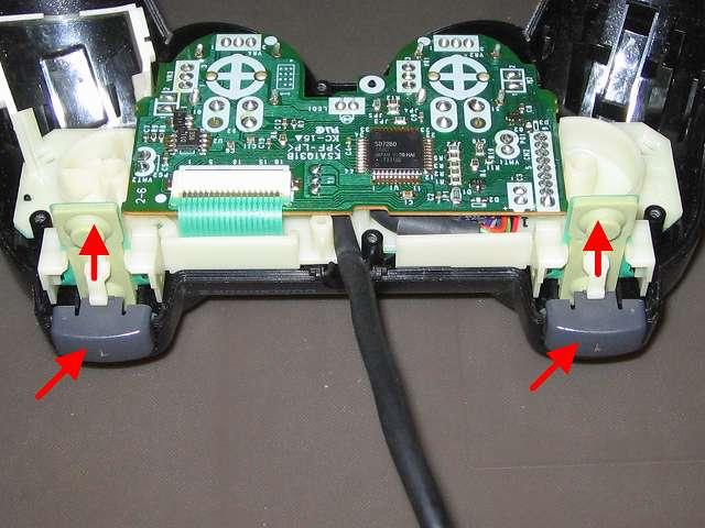 PS2 プレイステーション2 コントローラー DUALSHOCK 2 デュアルショック2 SCPH-10010 メンテナンス、組立作業  基板固定用プラスチック台座を上に持ち上げ、L1・R1 ボタンを取り付ける