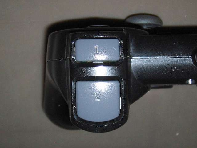 PS2 プレイステーション2 コントローラー DUALSHOCK 2 デュアルショック2 SCPH-10010 メンテナンス、組立作業 コントローラープラスチックカバーに L2・R2 ボタンを取り付けたところ