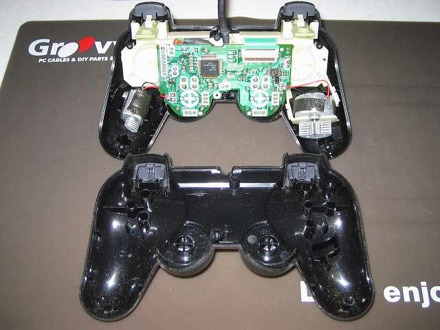 PS2 プレイステーション2 コントローラー DUALSHOCK 2 デュアルショック2 SCPH-10010 メンテナンス、分解作業 コントローラーのネジ取り外し後、コントローラー本体プラスチックカバーを分離