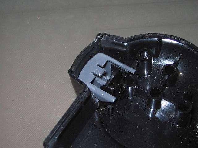 PS2 プレイステーション2 コントローラー DUALSHOCK 2 デュアルショック2 SCPH-10010 メンテナンス、分解作業 コントローラー本体下部プラスチックカバーから L2・R2 ボタンが取り外されたところ(画像は R2 ボタン)