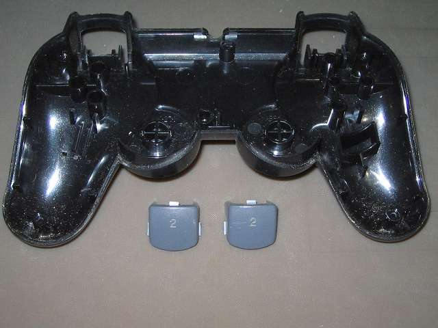 PS2 プレイステーション2 コントローラー DUALSHOCK 2 デュアルショック2 SCPH-10010 メンテナンス、分解作業 コントローラー本体下部プラスチックカバーに取り付けられていた L2・R2 ボタンを完全に取り外したところ
