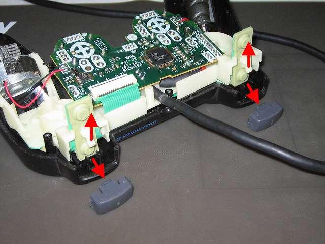 PS2 プレイステーション2 コントローラー DUALSHOCK 2 デュアルショック2 SCPH-10010 メンテナンス、分解作業 基板固定用プラスチック台座を上に持ち上げ、L1・R1 ボタンを取り外す